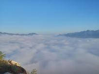 云雾中的山