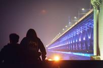 大桥前的情侣