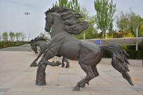 雕塑踢腿的骏马