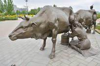 雕像蒙古族挤牛奶