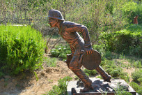 雕像拿水带的消防员