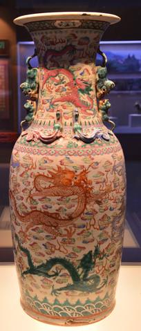 文物粉彩双狮耳龙纹瓷瓶