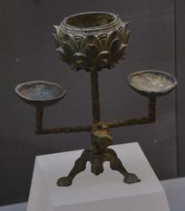 文物莲花纹铜灯