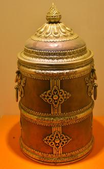 文物紫铜带盖花纹奶桶