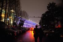 夜武汉大桥前的情侣