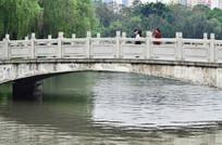湖上的桥梁建筑图片