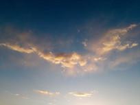 如大鹏鸟般飞来的金色云图片