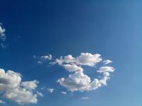 小怪兽一样的白云图片