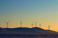 雪山上的风力发电厂