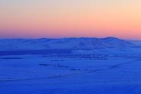 雪原宁静的晨光
