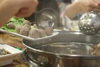 准备下锅的牛肉丸