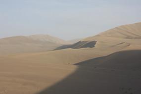 鸣沙山上的流动沙丘
