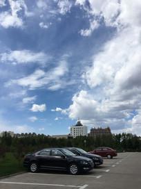 停车位上空蓝天白云