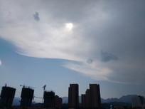 一排楼房上的天空白云图片