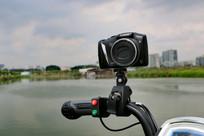 车把上的数码相机