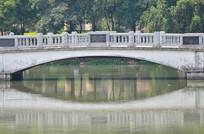 湖上的拱桥建筑倒影