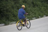 骑着小黄车的工人
