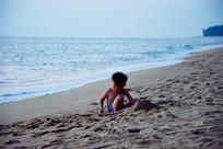 沙滩玩沙的小孩