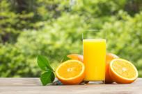 一杯橙汁在绿色背景下