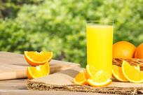 一杯橙汁在植物背景下