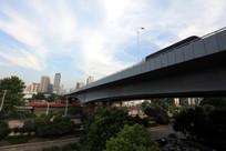 跨过铁路的大桥