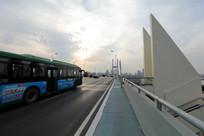 通过二桥的公共汽车