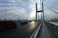夕阳下的二桥桥面
