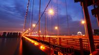 滚滚车流的鹦鹉洲大桥