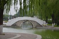 绿茵环绕的白色石拱桥
