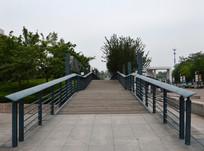 纵向延伸的铁木桥