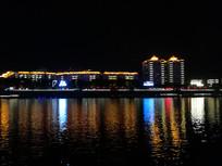 湖面的城市灯光倒影