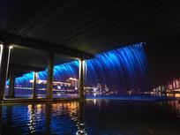 蓝色的大桥喷泉夜景