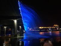 蓝色的桥面喷泉夜景