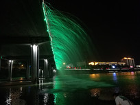 绿色的桥面喷泉夜景