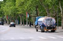 马路上正在作业的洒水车