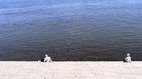 在江边钓鱼的老人