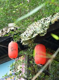 屋檐下的两个灯笼