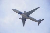 飞翔的大客机