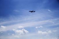 飞翔的飞机蓝天