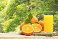 植物背景的橙汁