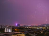 电闪雷鸣的城市夜景