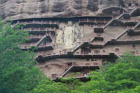 麦积山石窟崖壁上的栈道