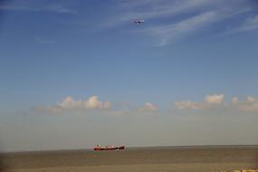 天上飞机海里轮船