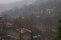 春雨中的山村