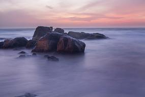 慢门拍摄的海中礁石