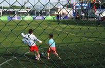 小孩踢足球