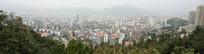 被山包围的城市