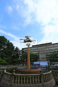 蓝天下的飞马雕塑