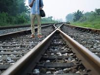 行走在铁轨上