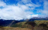 藏区蓝天白云山脉